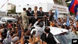 ကေမၻာဒီးယား အတိုက္အခံ ေခါင္းေဆာင္ Sam Rainsy နဲ႔ သူ႔ကို ေထာက္ခံသူမ်ား။