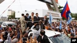 Pemimpin oposisi Kamboja (CNRP), Sam Rainsy disambut oleh para pendukungnya saat tiba di bandara internasional Phnom Penh, Kamboja (19/7).