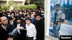Ảnh nạn nhân Yoav Hattab, bị giết trong vụ tấn công một cửa hàng Do Thái ở Paris, trong đám tang tại Bnei Brak gần Tel Aviv, Israel, ngày 13/1/2015.
