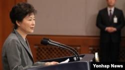 박근혜 대통령이 29일 오후 청와대 춘추관 대브리핑실에서 제3차 대국민담화를 발표하고 있다.