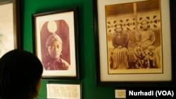 Seorang wisatawan melihat koleksi foto-foto Sri Sultan Hamengkubuwono IX yang dipajang di Kraton Yogyakarta (Foto: VOA/Nurhadi)