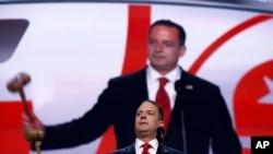 El presidente del Comité Nacional Republicano aprobó a golpe de martillo las resoluciones en la Convención Republicana.