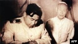 1953년 7월 평양 집무실에서 휴전 협정에 서명하는 김일성.