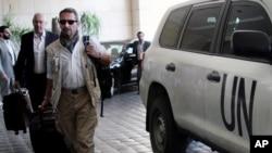 BM denetçileri Şam'da kalacakları otele girerken
