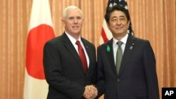 Wakil Presiden AS Mike Pence bertemu dengan Perdana Menteri Shinzo Abe di Tokyo, Selasa (18/4).