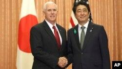 Potpredsednik SAD Majk Pens rukuje se sa premijerom Japana, Šinzo Abeom tokom susreta u rezidenciji japanskog premijera u Tokiju, 18. aprila 2017. (AP Photo/Eugene Hoshiko, Pool)
