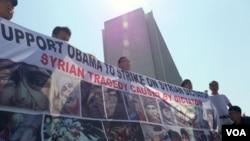 洛杉磯華人支持奧巴馬打擊敘利亞的橫幅(美國之音國符拍攝)