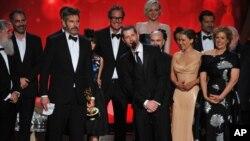 دست اندرکاران سریال «بازی تاج و تخت» در مراسم جایزه ایمی ۲۰۱۶