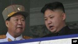 Pemimpin Korut Kim Jong Un (kanan) berbicara dengan Choe Ryong Hae di Pyongyang (foto: dok). Choe Ryong Hae memimpin delegasi tingkat tinggi Korut ke Olimpiade.