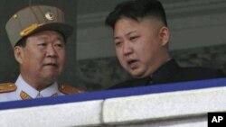 北韓領導人金正恩(右)和崔龍海(左)