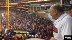 芝加哥小熊队战胜克里夫兰印第安人队,捧得世界大赛冠军。