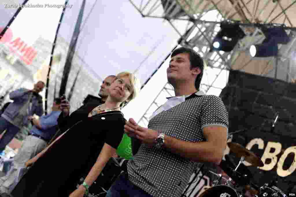 Ведущие митинга Евгения Чирикова и Дмитрий Гудков
