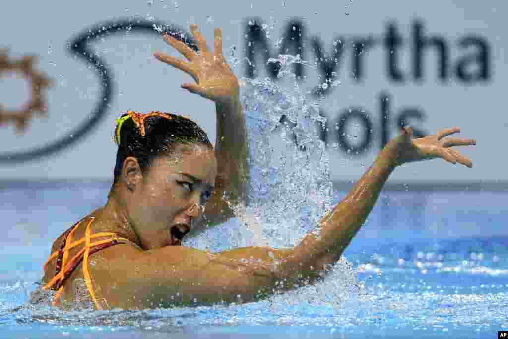 حواشی مسابقات جهانی شنا در کره جنوبی - ورزشکار ژاپنی در حال شنا و رقص موزون در مسابقات کره جنوبی.