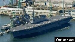 일본 해상자위대가 25일 정식 투입한 호위함 '이즈모'가 일본 가나가와 현 요코하마 시 항구에 정박해 있다.