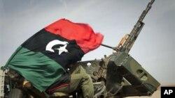 Líbia: Contra-ofensiva de Kadhafi põe rebeldes em fuga