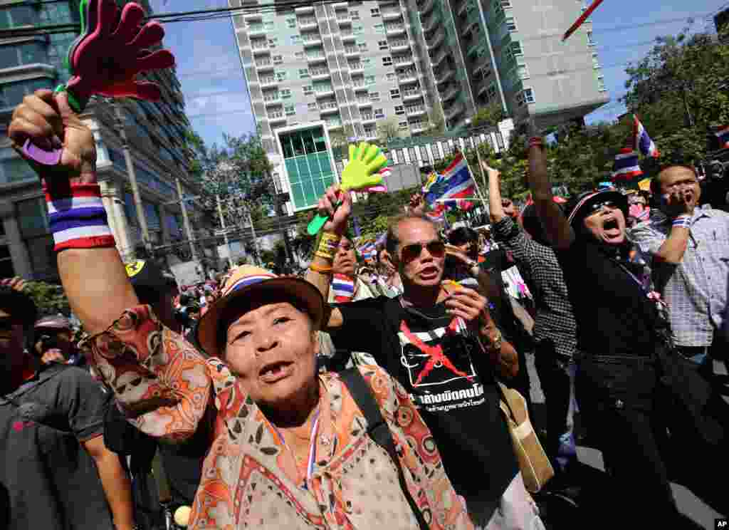 Anti-government protesters shout slogans outside the headquarters of Prime Minister Yingluck Shinawatra's Pheu Thai Party in Bangkok, Nov. 29, 2013.