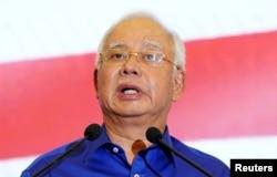 말레이시아 총선에서 패해 마하티르 모하마드 총리에게 정권을 내준 나집 라작 전 총리가 지난 10일 쿠알라룸푸르에서 기자회견을 열어 발언하고 있다.