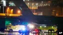 Vehículos de rescate bloquean el avión militar en el que llegó el secretario de Estado, John Kerry, al aeropuerto Logan de Boston, el lunes por la noche.