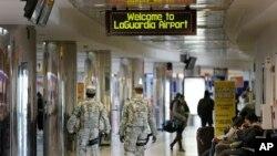 Personal de seguridad camina por un terminal del aeropuerto La Guardia de Nueva York, este martes 24 de Noviembre. La Asociación de Motoristas, AAA, estima que unos 46,9 millones de estadounidenses viajarán dentro del país en el largo feriado de Thanksgiving, o Día de Acción de Gracias.