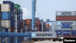 Sebuah truk peti kemas di pelabuhan Ningbo, provinsi Zhejiang (Foto: dok). Ekspor Tiongkok meningkat 11 persen bulan Juni tahun ini, mencapai nilai sekitar 180 miliar dolar.