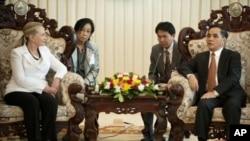 美国国务卿克林顿7月11日在老挝首都万象总理办公室会见老挝总理塔马冯