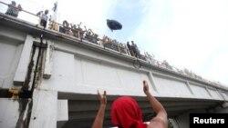 Después de los enfrentamiento algunos hondureños trataron de cruzar hacia México de manera ilegal cruzando el puente sobre el río Suchiate.