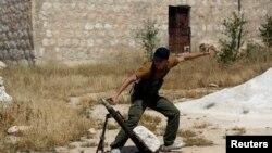 Anggota Laskar Pembebasan Suriah melemparkan mortir ke arah pendukung setia Presiden Suriah Bashar Al-Assad (Foto: dok)
