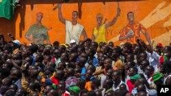 10月31 日,布吉納法索人民在首都等候宣布臨時總統的消息。