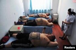 چین کے ایک اسپتال میں موٹاپے کا روایتی طریقے سے علاج کیا جا رہا ہے۔