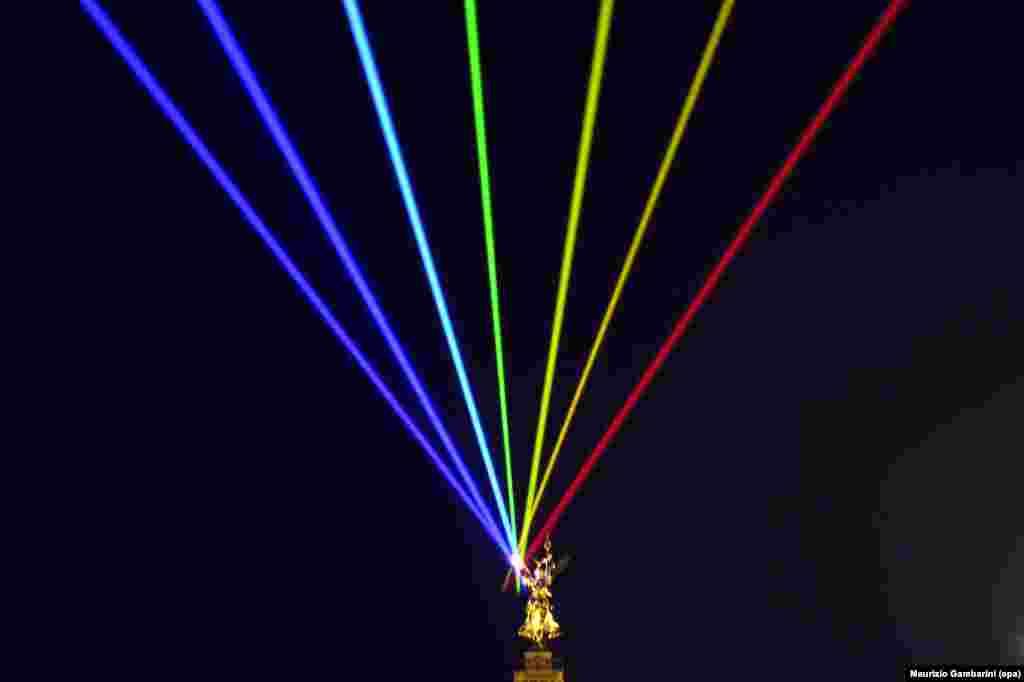 Sinar laser 'Global Rainbow - Peace Will Win' (Pelangi Global - Perdamaian akan Menang) karya artis Puerto Rico, Yvette Mattern, digelar dalam pertunjukan di Berlin, Jerman.