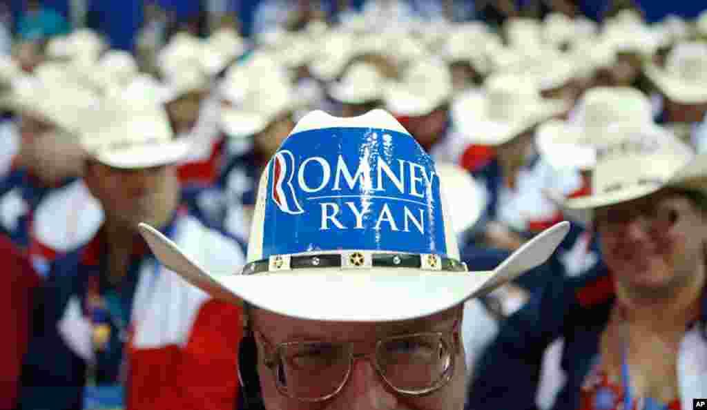 Делегатот од Тексас Клинт Мур и останатите делегати од Тексас ги претставија и своите каубојски шешири.