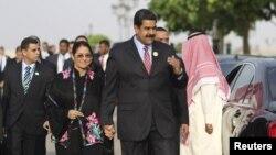 El presidente Maduro, junto a su esposa Cilia Flores, llegan a una reunión del ASPA en Riad, Arabia Saudita.