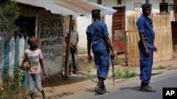 Des policiers patrouillent dans les rues de Bujumbra, 22 juillet 2015.