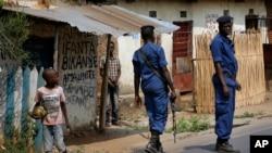 La police burundaise lors des funerailles de l'opposant Emmanuel Ndere, assassiné le 21 juillet 2015, Bujumbura 22 juillet 2015. (AP Photo/Jerome Delay)