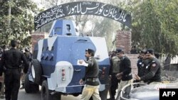 Полицейский бронеавтомобиль доставляет американского дипломата в суд в Лахоре.
