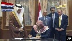 也門反對派星期日在一項協議上簽了字。這項協議允許薩利赫(後三)免於被起訴﹐條 件是他在簽字後30天內將權力移交給副總統。但薩利赫在一天後﹐第三次拒絕簽署 協議。
