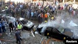 Binh sĩ, cảnh sát và nhân viên y tế tại hiện trường vụ nổ bom gần Đại sứ quán Iran tại Beirut, ngày 19/11/2013.