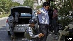 Cảnh sát Iraq tại một trạm kiểm soát an ninh ở trung tâm Baghdad, Iraq