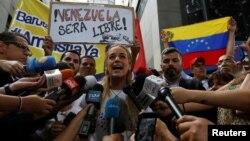 Lilián Tintori, esposa del encarcelado líder opositor Leopoldo López, habló con la prensa frente a la sede de la OEA en Caracas, Venezuela, el jueves, 23 de junio de 2016.