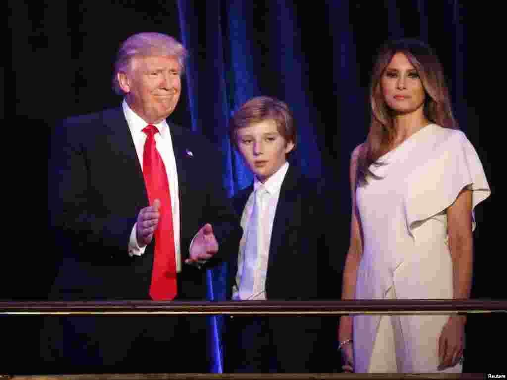 Donald Trump, o seu filho Barron e a esposa Melania estiveram num comício em Manhattan, Nova Iorque.