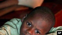 這名因患愛滋病而成為孤兒的男童今年較早前在肯尼亞首都內羅畢看電視