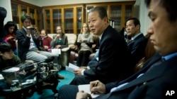 유엔주재 북한대표부 장일훈 차석대사(가운데)가 16일 뉴욕에서 가진 기자회견에서, 워싱턴에서 열리는 대규모 북한인권 토론회에 반대하는 입장을 밝히고 있다.