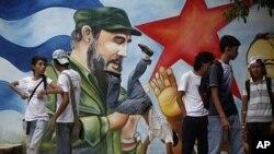 图为古巴街头一处张贴的领导人卡斯特罗画像资料照