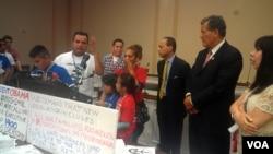 """Congresistas hispanos escuchan a una representación de niños y activistas que visitaron el Congreso este miércoles, para pedir una reforma migratoria integral. A la izquierda, en el micrófono se puede ver a """"Saulito"""", ciudadano estadounidense cuya madre fue deportada a México.[Foto: Mitzi Macías, VOA]."""