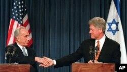 Shimon Peres avèk ansyen Prezidan Lèzetazini, Bill Clinton.