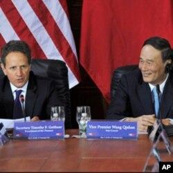 ລັດຖະມົນຕີການເງິນສະຫະລັດ Timothy Geithner ພົບປະກັບ ຮອງນາຍົກລັດຖະມົນຕີຈີນ Wang Qishan, ໃນລະຫວ່າງກອງປະຊຸມ ສະຫະລັດ-ຈີນ, ວັນທີ 10 ພຶດສະພາ 2011.