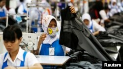 Para pekerja di sebuah pabrik garmen di Bandung, Jawa Barat (foto: ilustrasi).