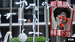 6月17日下午,香港政府總部公民廣場鐵閘外掛了很多白絲帶、白花,悼念6月15日在金鐘太古廣場墮樓身亡的反送中示威者。 (美國之音湯惠芸拍攝)