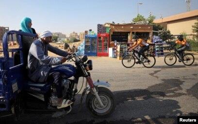 Delapan Muslim dari Inggris melintasi Kairo, Mesir, dalam perjalanan ke Madinah dengan bersepeda untuk menunaikan ibadah Haji. Foto di ambil di Mesir, 26 Juli 2019. (Foto: Reuters)