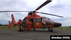 Helikopter Tim SAR dari Basarnas siap siaga di Lanud Iskandar Pangkalan Bun, Kalimantan Tengah, Rabu, 31 Desember 2014 (Foto: VOA/Ahadian)